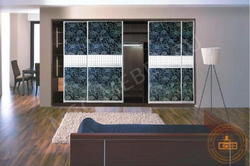 Шкаф-купе «с синим декоративным стеклом»