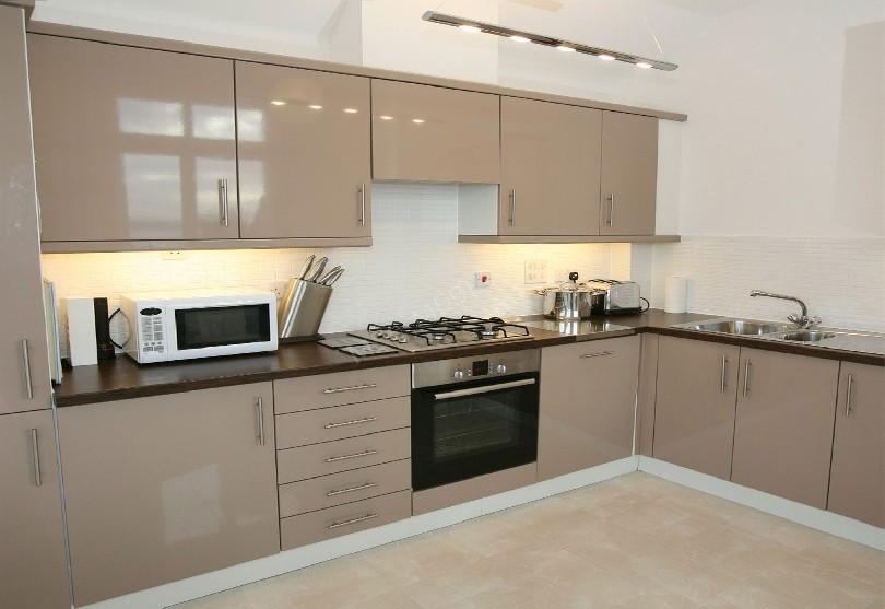 Фото Кухня в эмали бежевого цвета угловой планировки